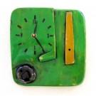 Horloge Klok Face verte, K02, de l'artiste Alexandre Tardif, faite en bois, tilleul, format carré, dimension : 8 x 1 x 8 pouces de largeur, décoration fonctionnelle, 2 batteries 2A