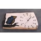 Horloge, format moyen, Oiseau bleu, de l'artiste Alexandre Tardif, faite en bois, tilleul, format rectangulaire, fond blanc, dimension : 7.5 x 1 x 15.5 pouces de largeur, décoration fonctionnelle, 2 batteries 2A
