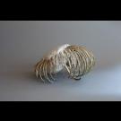 Il fût un temps où les méduses avaient un squelette, de l'artiste Bernard Hamel, Sculpture, albâtre et laiton, Création unique, dimension : 16 x 10 po de haut