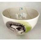Bol autruche, no 59, de l'artiste Nancy Lavigueur, Terre blanche, semi-porcelaine, dimension : circonférence 17 po, diamètre 6 po, hauteur 3.75 po, pièce vendue à l'unité