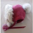 Capucine, no 38, de l'artiste Irèna Geerts, (coiffe pour les 4 à 7 ans à double tricot)Création québécoise faite à la main. Modèle garni d'un pompon de fourrure recyclée et de laine alpaga à 100 % %, vue A