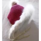 Capucine, no 37, de l'artiste Irèna Geerts, (coiffe pour les 4 à 7 ans à double tricot)Création québécoise faite à la main. Modèle garni d'un pompon de fourrure recyclée et de laine alpaga à 100 % %, vue A