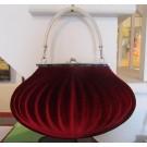 Lady Shell - rouge, sac à main en vinyle, de l'artiste Anemone, dimension : 11,5 largeur x 7 hauteur x 4,5 pouces profondeur