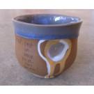 Gobelet-pouce, no 13, de l'artiste Nancy Lavigueur, en semi-porcelaine. Un endroit est prévu pour le pouce! Un petit mot est inscrit à votre intention! dimension : 3.25 po x 3.75 pouces de largeur, pièce vendue à l'unité