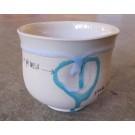 Gobelet-pouce, no 19, de l'artiste Nancy Lavigueur, en semi-porcelaine. Un endroit est prévu pour le pouce! Un petit mot est inscrit à votre intention! dimension : 3.25 po x 3.75 pouces de largeur, pièce vendue à l'unité