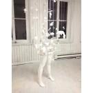 Les nostalgiques (partie II), de l'artiste Jérôme Trudelle, Installation, Médium utilisé : bandelettes de plâtre et fils de tissus, Création unique, dimension : 32 x 34 x 96 pouces, vue A