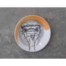 Repose-cuiller, no 27, de l'artiste Nancy Lavigueur, utilitaire en porcelaine, dimension : 15.5 pouces de circonférence, 4.75 pouces de diamètre, pièce vendue à l'unité