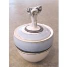 Sucrier, no 14, de l'artiste Nancy Lavigueur, en semi-porcelaine, dimension : 9 x 4 pouces de largeur, pièce vendue à l'unité