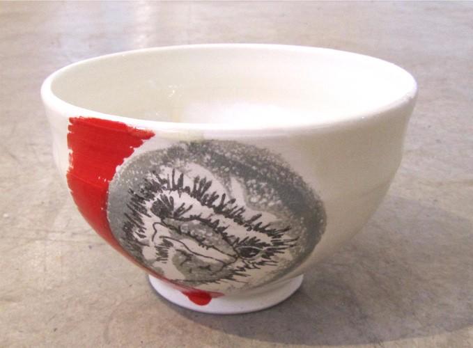 Bol autruche, no 23, de l'artiste Nancy Lavigueur, en semi-porcelaine, dimension : circonférence 19 po, diamètre 6 po, hauteur 3.75 po, pièce vendue à l'unité