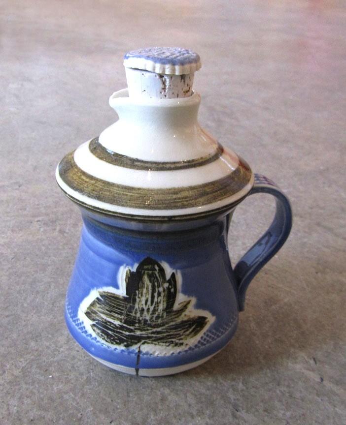 Bouteille à sirop d'érable, # 6, de l'artiste Créations Ratté, medium : céramique, objet utilitaire cuit à très haute température, résistant au four, au micro-onde et au lave-vaisselle