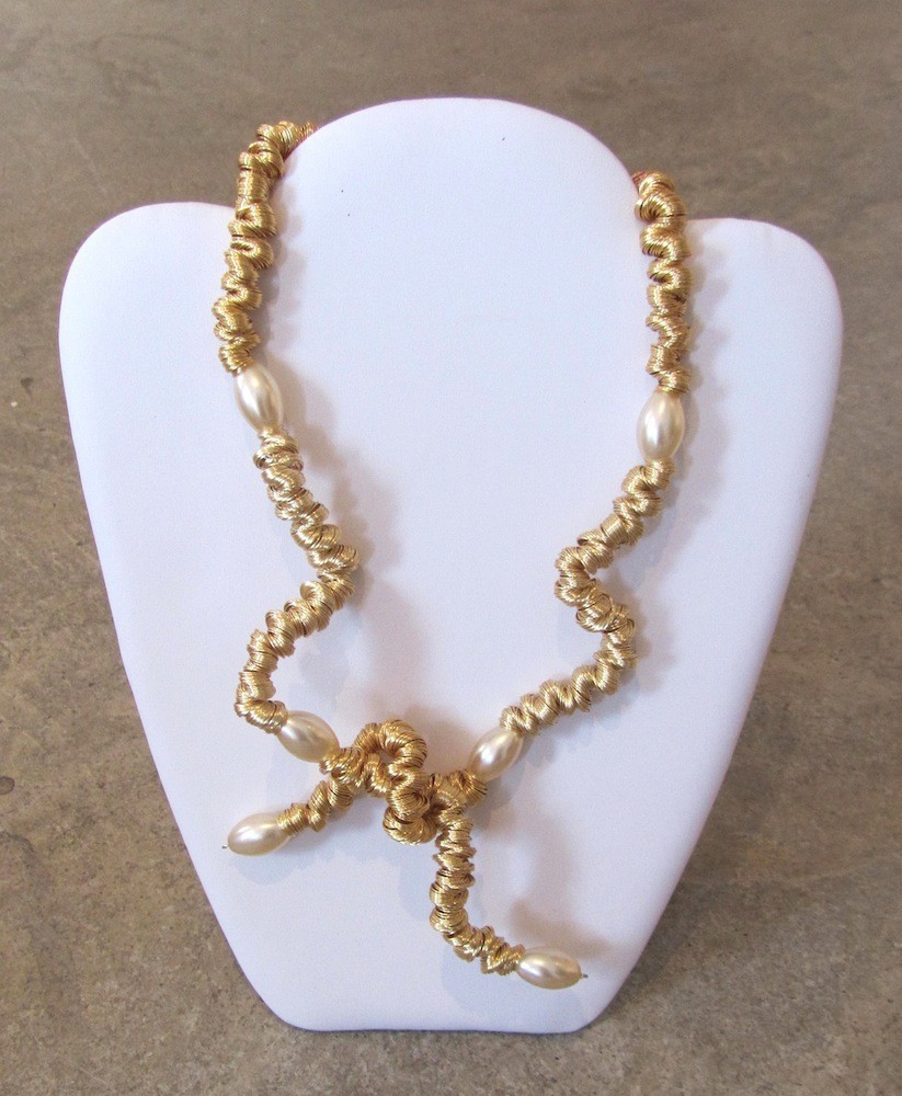 Collier Boa compressé, no 4, de l'artiste Sandrine Giraud, Paris, Ce bijou modulable, toujours original, marie avec élégance la grâce des perles avec l'originalité des lignes résolument contemporaines.
