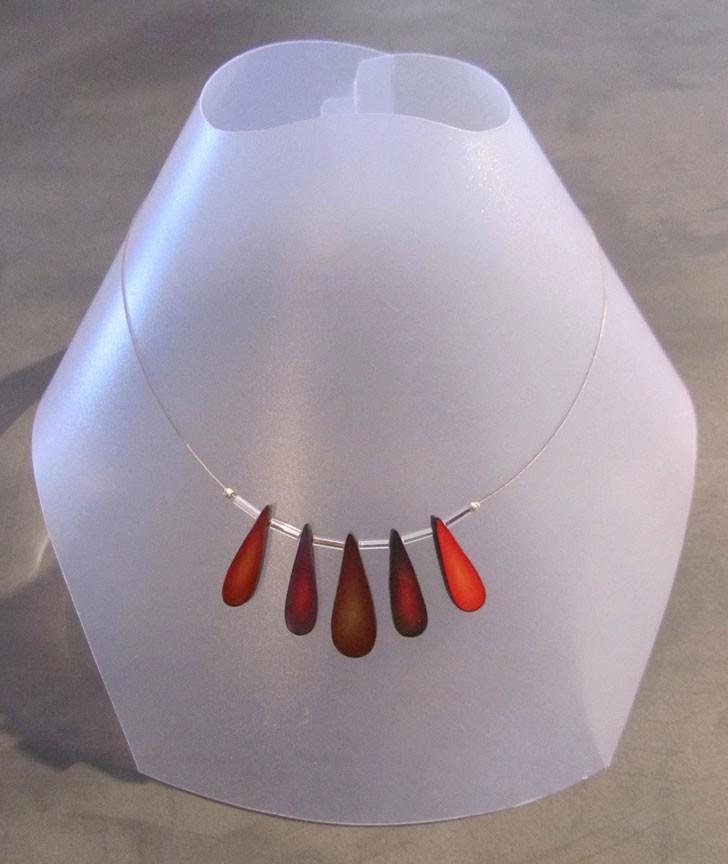 Collier, Pétales, no 7, de l'artiste Sophiori, Bijou contemporain coloré, fait à la main, Matière première : pâte de polymère, de la création jusqu'à l'assemblage final