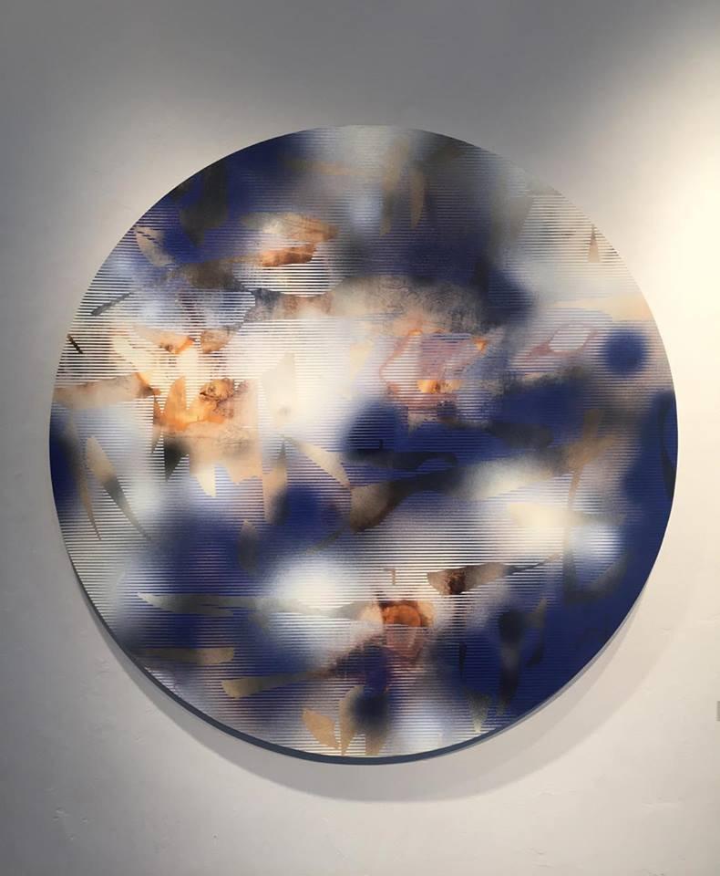 Nacre, plea and entice, de l'artiste Mélisa Taylor, Tableau, Pyrogravure et aérosol sur bois, Création unique, dimension : Rond 47.5 pouces