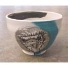 Bol autruche, no 26, de l'artiste Nancy Lavigueur, en semi-porcelaine, dimension : circonférence 19 po, diamètre 6 po, hauteur 3.75 po, pièce vendue à l'unité