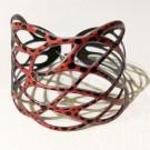 Bracelet Entrelac (rouge, pois noirs), no 48, de l'artiste Molusk, Paris, Longueur 6.75 pouces, Bijou aquatique souple et léger fait de PVC coloré qui épouse la forme du corps à la manière d'un tatouage