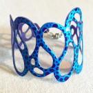 Bracelet Fantôme (bleu, pois bleu foncé), no 18, de l'artiste Molusk, Longueur 7.75 pouces, Bijou d'inspiration aquatique souple et léger fait de PVC coloré qui épouse la forme du corps à la manière d'un tatouage