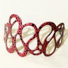 Bracelet Fantôme (rouge, pois noirs), no 42, de l'artiste Molusk, Longueur 6.75 pouces, Bijou d'inspiration aquatique souple et léger fait de PVC coloré qui épouse la forme du corps à la manière d'un tatouage
