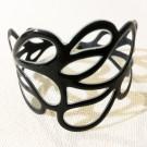 Bracelet Feuille (noir), no 31, de l'artiste Molusk, Longueur 6.5 pouces, Bijou d'inspiration aquatique souple et léger fait de PVC coloré qui épouse la forme du corps à la manière d'un tatouage