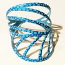 Bracelet Peuplier (multi bleus), no 53, de l'artiste Molusk, Longueur 6.75 pouces, Bijou d'inspiration aquatique souple et léger fait de PVC coloré qui épouse la forme du corps à la manière d'un tatouage