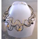 Collier Liane perlée, no 15, de l'artiste Sandrine Giraud, Paris, Ce bijou modulable, toujours original, marie avec élégance la grâce des perles avec l'originalité des lignes résolument contemporaines.