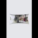 Coussin Bastien, rectangle long, modèle 'Juxtaposition contrôlée', Ni Vu Ni Cornu, Auteure Annie Lévesque, artiste, Art portable, Imprimé des deux côtés (recto-verso), Fait au Canada, dimension : 12po x 23po