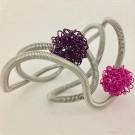 Bracelet FLOCON, no 4, de l'artiste Sandrine Giraud, Paris, Ce bijou modulable marie avec élégance la grâce et l'originalité des lignes résolument contemporaines. longueur de 8 pouces