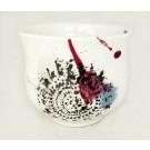 Gobelet-dentelle new, no 81, de l'artiste Nancy Lavigueur, en semi-porcelaine. Un endroit est prévu pour le pouce!  dimension : 3 po x 4 pouces de largeur, pièce vendue à l'unité