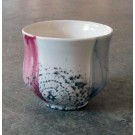 Gobelet-dentelle, no 10, de l'artiste Nancy Lavigueur, en semi-porcelaine. dimension : 3 po x 4 pouces de largeur, pièce vendue à l'unité