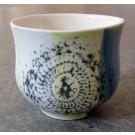 Gobelet-dentelle, no 11, de l'artiste Nancy Lavigueur, en semi-porcelaine. dimension : 3 po x 4 pouces de largeur, pièce vendue à l'unité