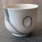 Gobelet-dentelle, no 19, de l'artiste Nancy Lavigueur, en semi-porcelaine. dimension : 3 po x 4 pouces de largeur, pièce vendue à l'unité
