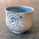 Gobelet-dentelle, no 4, de l'artiste Nancy Lavigueur, en semi-porcelaine. dimension : 3 po x 4 pouces de largeur, pièce vendue à l'unité