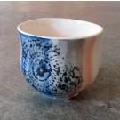 Gobelet-dentelle, no 5, de l'artiste Nancy Lavigueur, en semi-porcelaine. dimension : 3 po x 4 pouces de largeur, pièce vendue à l'unité