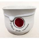 Gobelet-pouce, semi-porcelaine blanche, no 139, de l'artiste Nancy Lavigueur, dimension : 3 po x 4 pouces de largeur, pièce vendue à l'unité