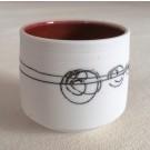 Verre à thé (intérieur rouge), de l'artiste Elizabeth Hamel, medium : céramique porcelaine blanche, dimension : 2 po haut x 2 po diamètre