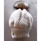 Tuque béret, no 40, de l'artiste Irèna Geerts, Création québécoise faite à la main. Modèle garni d'un pompon de fourrure recyclée et de laine alpaga à 100 %.