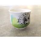 Gobelet-dentelle new, no 31, de l'artiste Nancy Lavigueur, en semi-porcelaine. Un endroit est prévu pour le pouce!  dimension : 3 po x 4 pouces de largeur, pièce vendue à l'unité