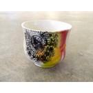 Gobelet-dentelle new, no 36, de l'artiste Nancy Lavigueur, en semi-porcelaine. Un endroit est prévu pour le pouce!  dimension : 3 po x 4 pouces de largeur, pièce vendue à l'unité