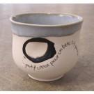 Gobelet-pouce, no 59, de l'artiste Nancy Lavigueur, en semi-porcelaine. Un endroit est prévu pour le pouce! Un petit mot est inscrit à votre intention! dimension : 3.25 po x 3.75 pouces de largeur, pièce vendue à l'unité