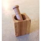 Mortier carré, no 2, avec pilon, de l'artiste Richard Ouellet, pièce originale, faite de érable coti, dimension : 3.5 x 3.5 x 3.5 po (moyen)