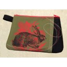Pochette, no 44, de l'artiste Cynthia DM, Tissu imperméable Nylon Majestic, doublure intérieure, sérigraphie sur tissu, jeux de coutures décoratives, fermeture éclair YKK (meilleure qualité)