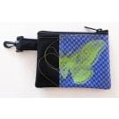 Pochette-mousqueton (petite), no 48, de l'artiste Cynthia DM, Tissu imperméable Nylon Majestic, doublure intérieure, sérigraphie sur tissu, jeux de coutures décoratives, fermeture éclair YKK (meilleure qualité)