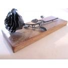 Rose déposée, no 11, de l'artiste Denis Lebel, Sculpture, fer, base en bois, Création unique, vue B