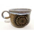 Tasse dentelle, porcelaine brune, no 67, de l'artiste Nancy Lavigueur, Poterie utilitaire en porcelaine, dimension : 3 po x 4 pouces de largeur, pièce vendue à l'unité, vue A