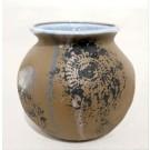 Vase dentelle (baquet brun), no 16, de l'artiste Nancy Lavigueur, Poterie utilitaire semi-porcelaine, pièce vendue à l'unité